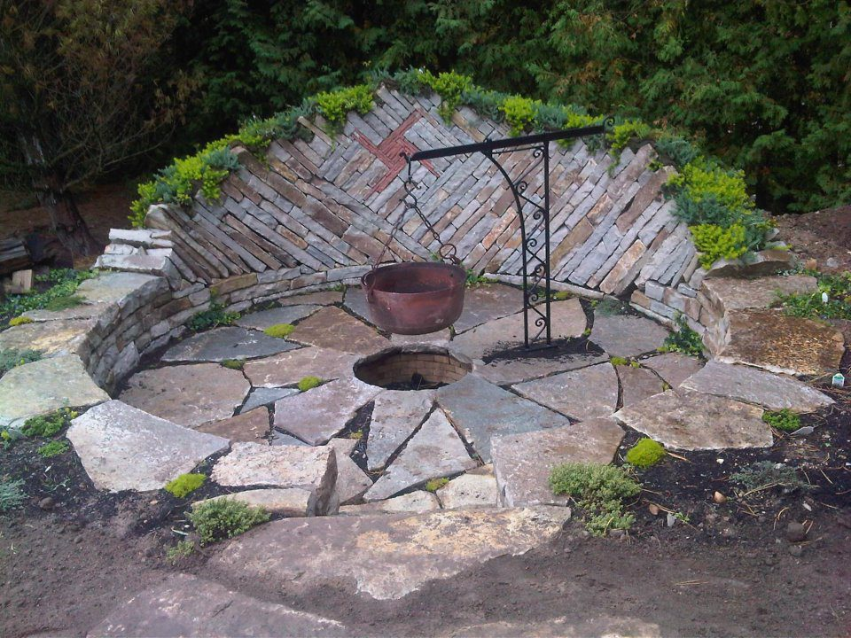 What do you think of this fire pit that Dean McLellan built? As he points out, it won't look 'finished' until the ground covers do their job, but I'd take it just the way it is! Where are you tonight and is it cold there too?