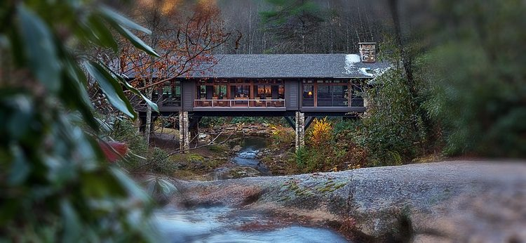 A cabin in the middle of the mountains where nature lovers can spend their vacation.