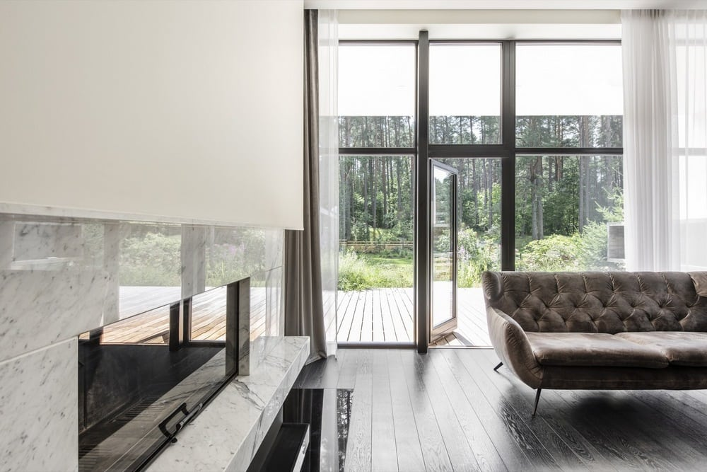 Large windows provide a close connection between the indoors and the outdoors.
