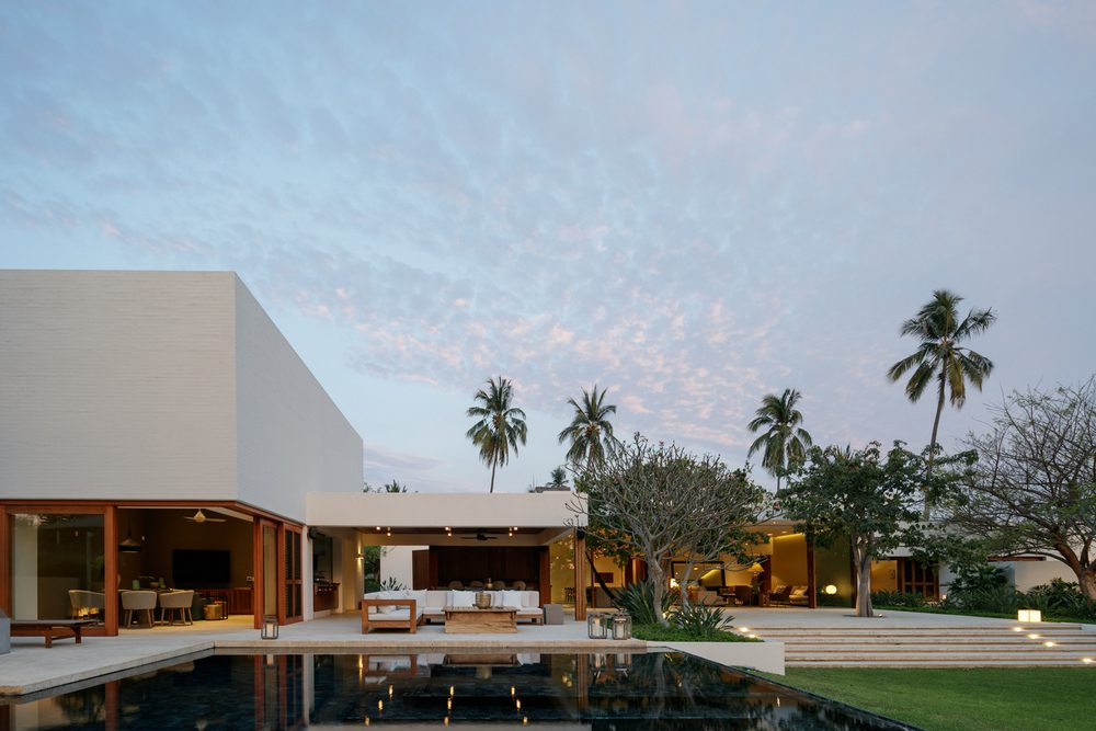 TM House is set on lush tropical surroundings with lots of palm trees giving the house a never-ending vacation vibe.